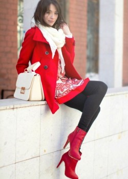 Секс с женщиной в красном палто