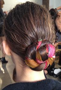 модная прическа весна-лето 2014: пучок из волос с вплетение платка