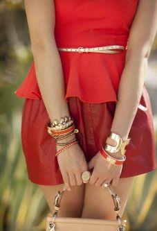 с чем носить красную кожаную юбку