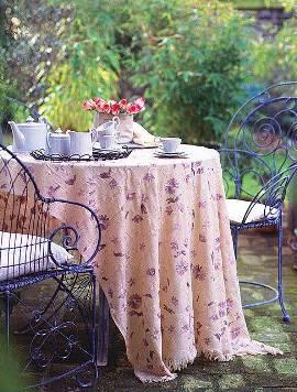 ажурная металлическая мебель в саду, длинная скатерть
