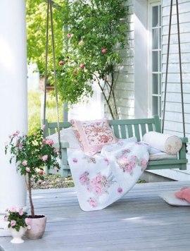 садовые качели с одеялом и подушками фото