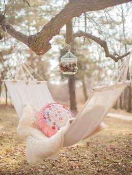 гамак в весеннем саду с одеялом и подушкой фото