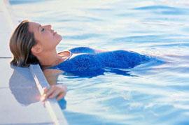 занятия в бассейне, девушка в бассейне