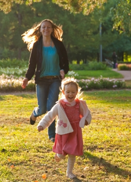 фотография ребенка на прогулке с мамой