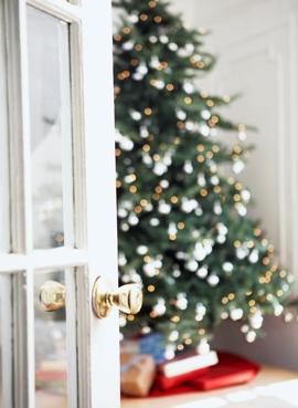 Новогодние искусственные елки против